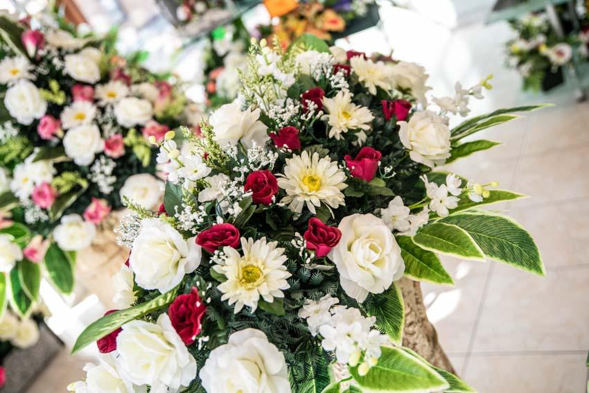 Grand montage de fleurs funéraires